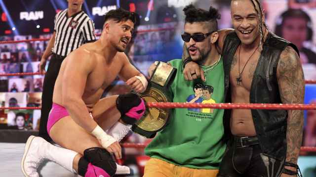 Ángel Garza, a la izquierda, y Bad Bunny junto a Damian Priest, en un fotomontaje