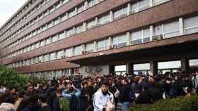 Personas esperando para el examen del MIR en la Facultad de Física de la UB.