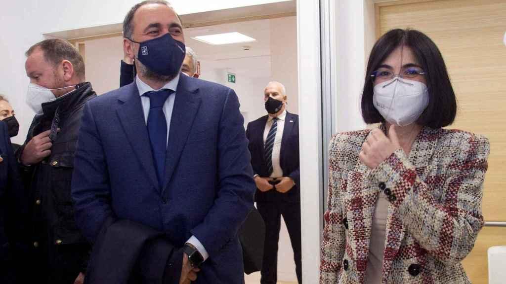 La ministra de Sanidad, Carolina Darias, (d) conversa con el consejero de Sanidad, Julio García (i) durante su visita este jueves a la fábrica de Biofabri, del Grupo Zendal, que colabora en la producción y envasado de varias vacunas contra la Covid-19 en O Porriño, Pontevedra.