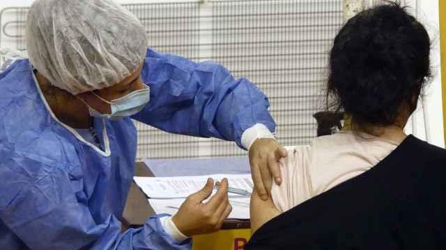Un enfermera vacuna a una mujer en Buenos Aires, Argentina. Efe