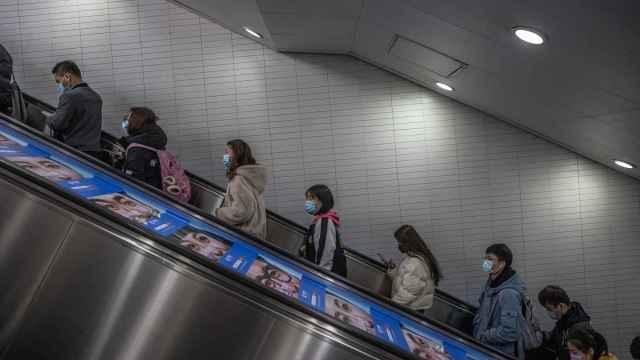 Pasajeros en las escaleras del metro de Beijing.
