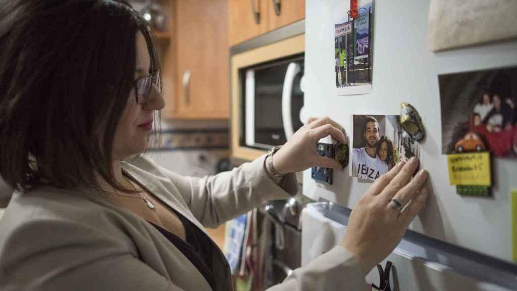 La hermana de Pablo Raéz cuelga una foto suya en la nevera.
