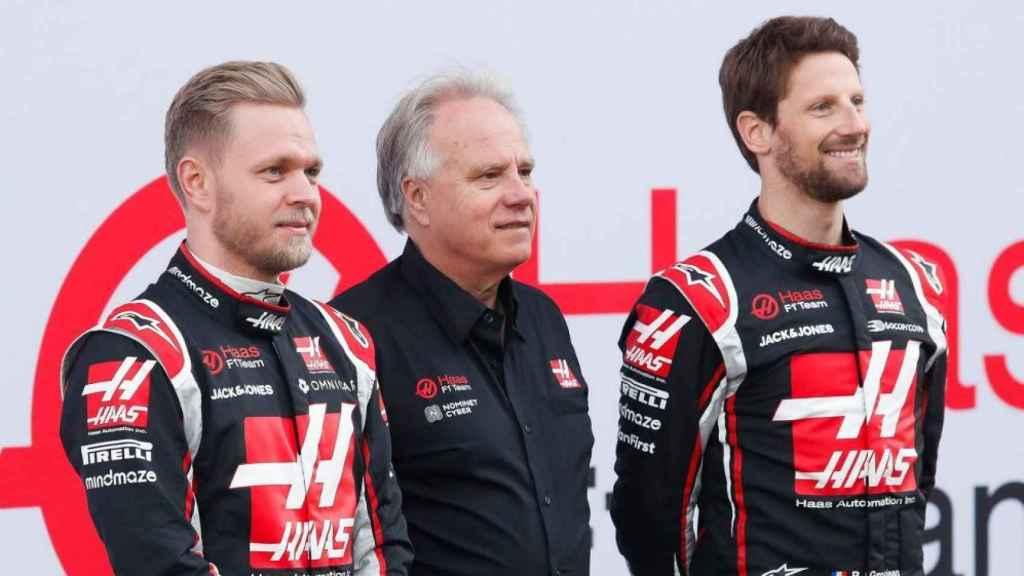 Gene Haas, en el centro, y Romain Grosjean, a la izquierda