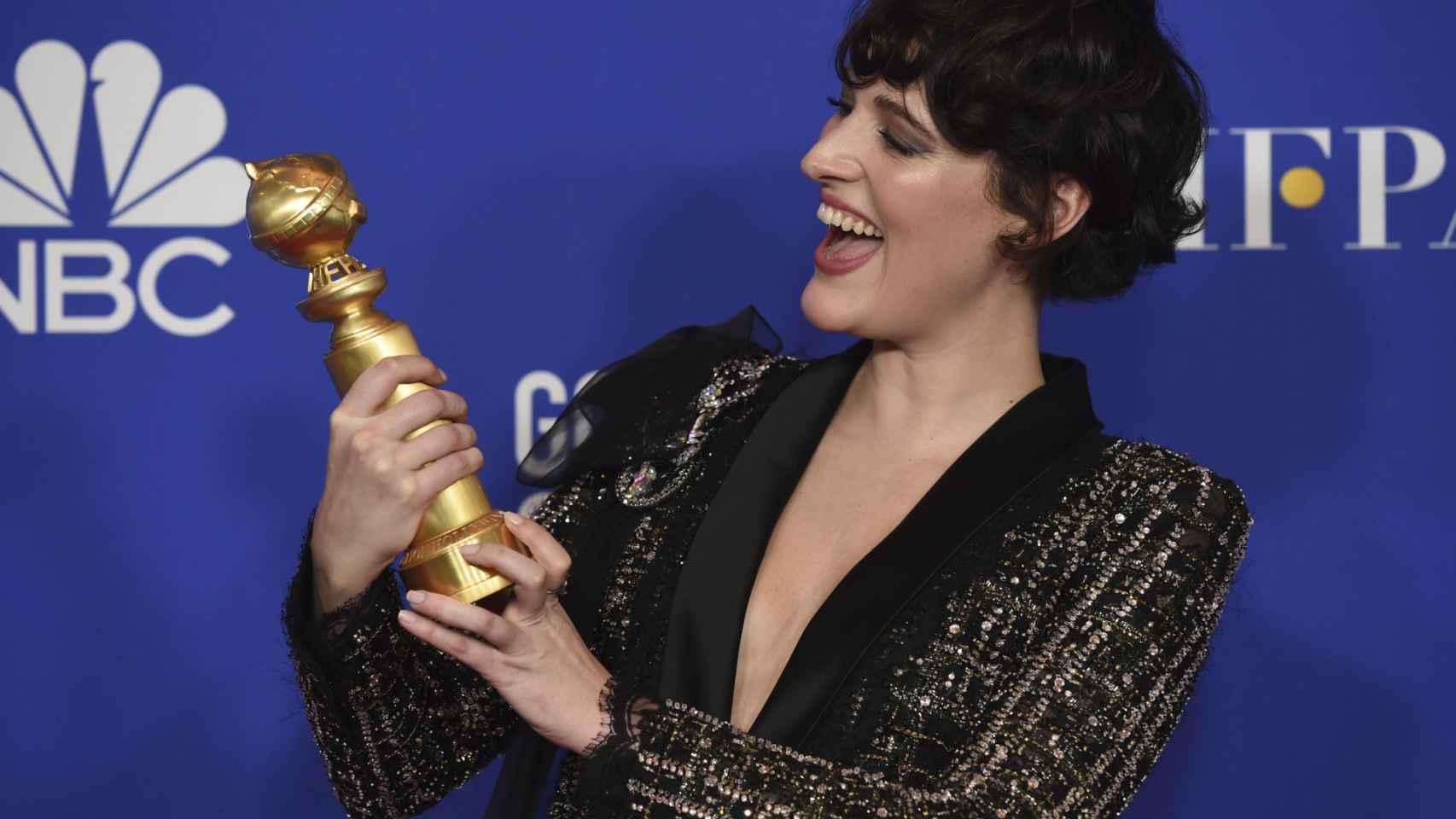 Phoebe Waller-Bridge con su Globo de oro.