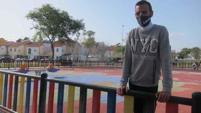Joaquín Begines, el padre de Lucía, en un parque infantil.