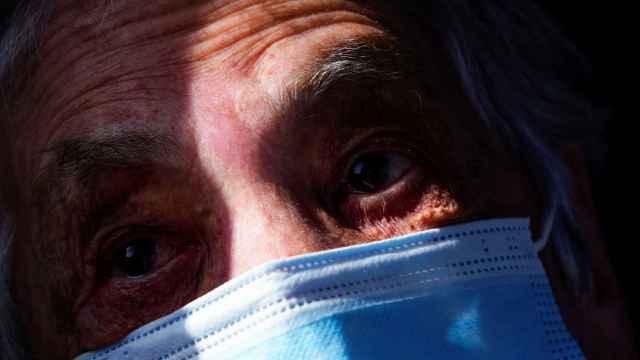 Un anciano a punto de recibir la vacuna en el País Vasco.