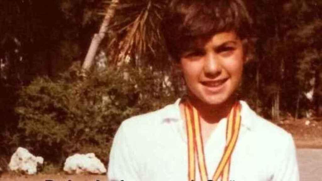 Pedro Sánchez, en su juventud, con una medalla en un evento deportivo.