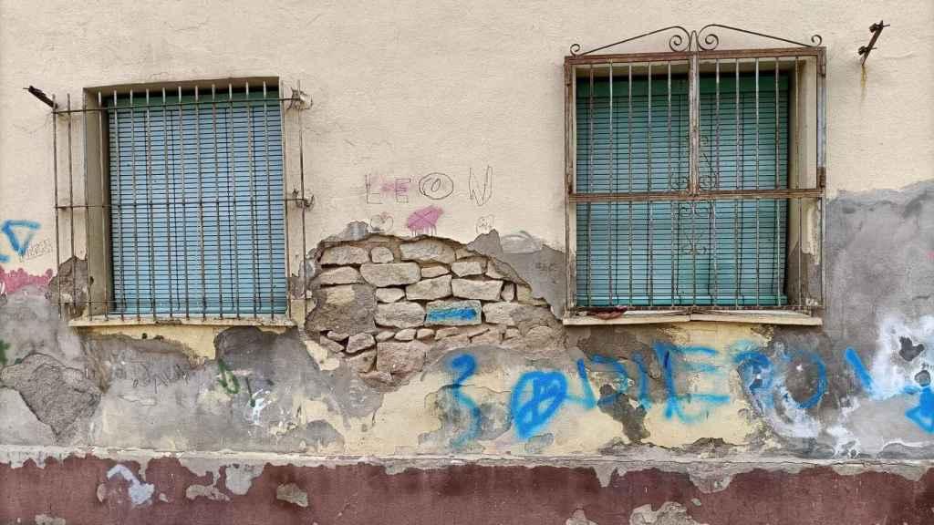 Estado de algunas de las fachadas del barrio que muestran la precariedad de los materiales.
