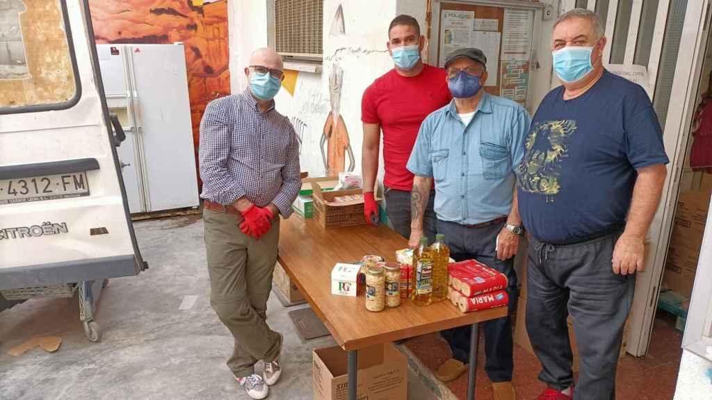Salvador Rico y Manuel Espinosa colaboran en la entrega diaria de alimentos.