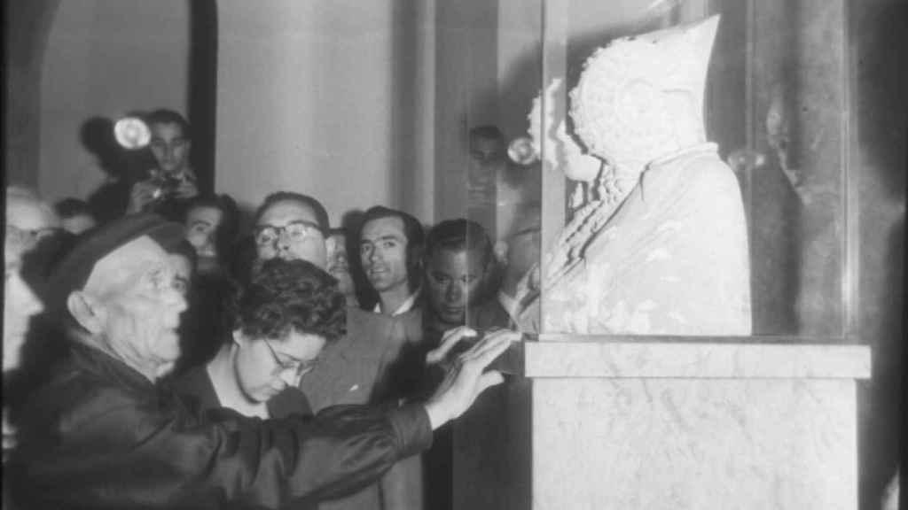 Manuel Campello Esclapez, descubridor de la Dama de Elche, ante la joya ibérica en el Museo del Prado.