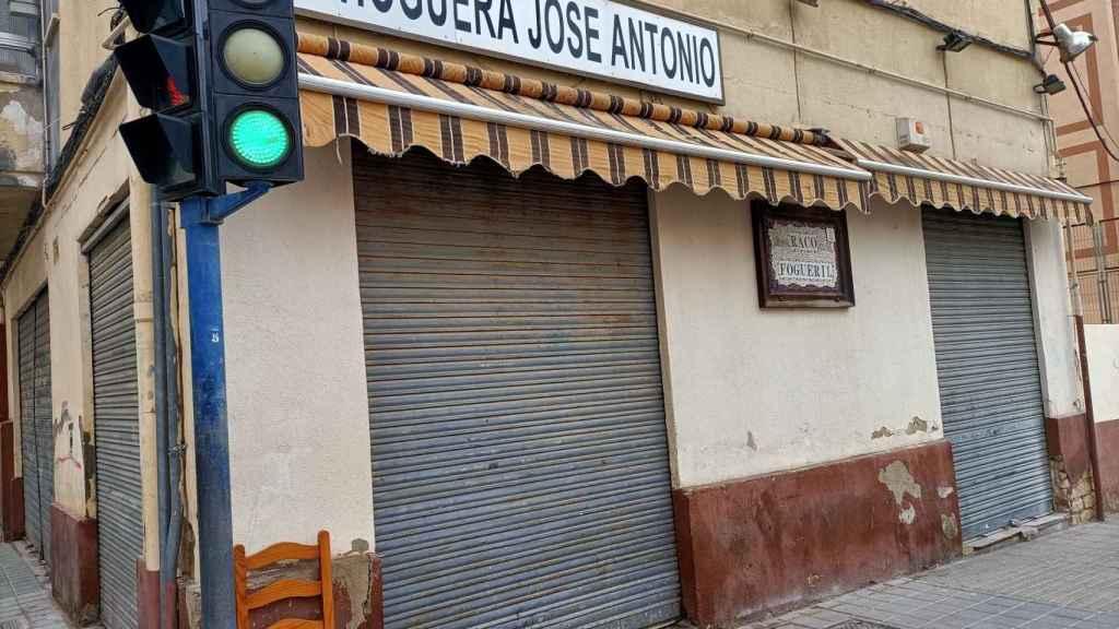 Los vecinos siguen llamando a su barrio, a su hoguera y a su club deportivo José Antonio.