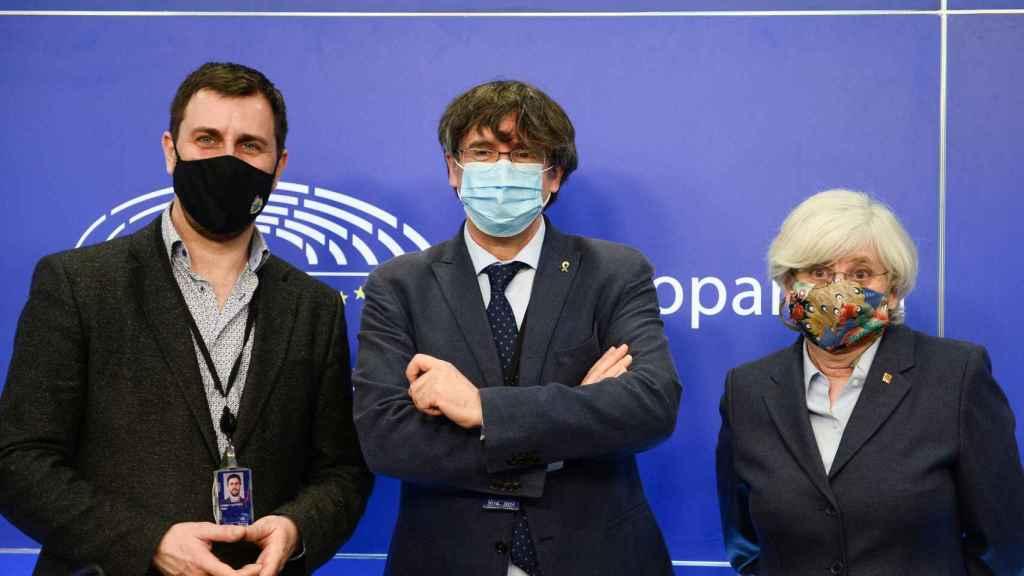 Toni Comín, Carles Puigdemont y Clara Ponsatí, en la Eurocámara.
