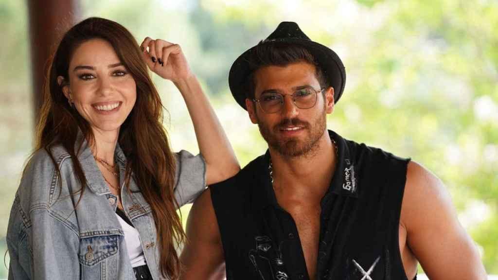La actriz y el actor que protagonizan la serie turca 'El hombre equivocado'.