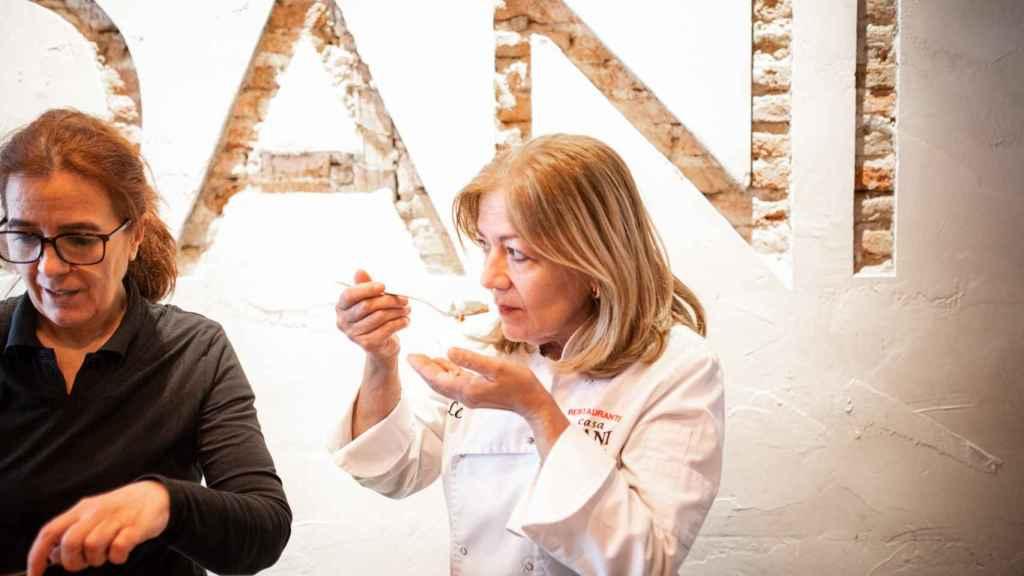 La mejor cocinera de tortillas de patata de España, Lola Cuerda, probando una de los supermercados.