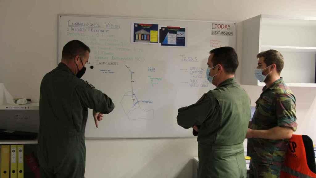 En Afganistán, dando clase a los alumnos de la escuela local en Qala-i-Naw los sábados.