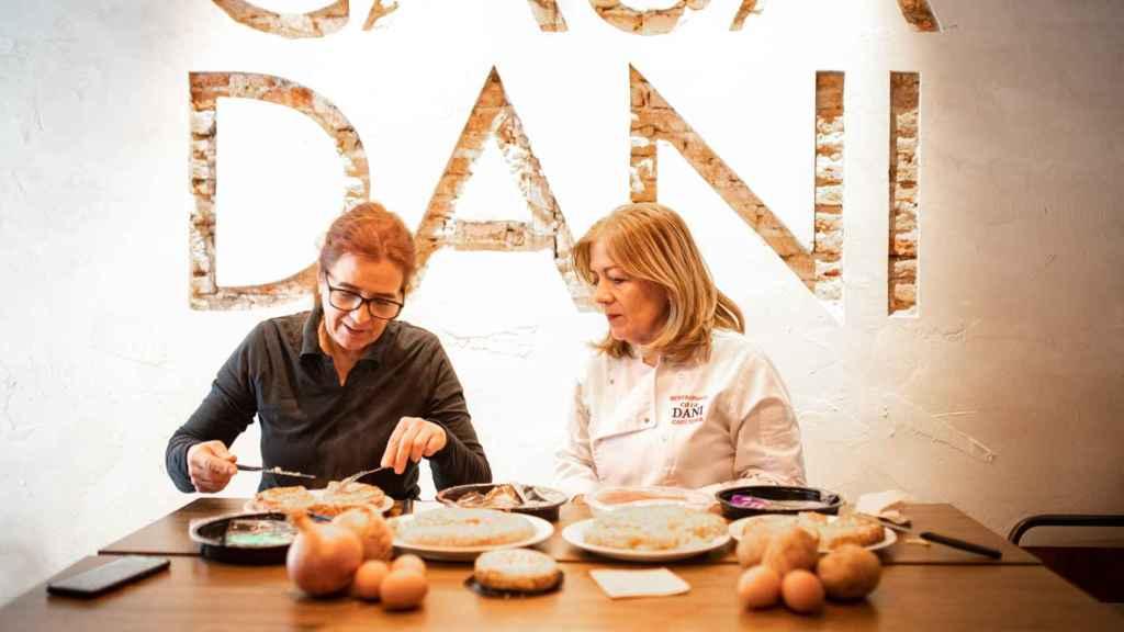 A la izquierda, la experta en tortillas de patata, Teresa Cuerda, y a la derecha, Lola, la mejor cocinera de tortillas de España.