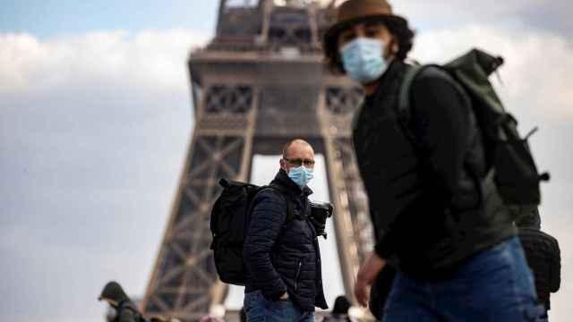 Transeúntes en Paris, donde ya se contempla un tercer confinamiento. EFE/EPA/IAN LANGSDON