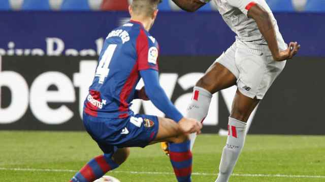 Iñaki Williams ante el Levante
