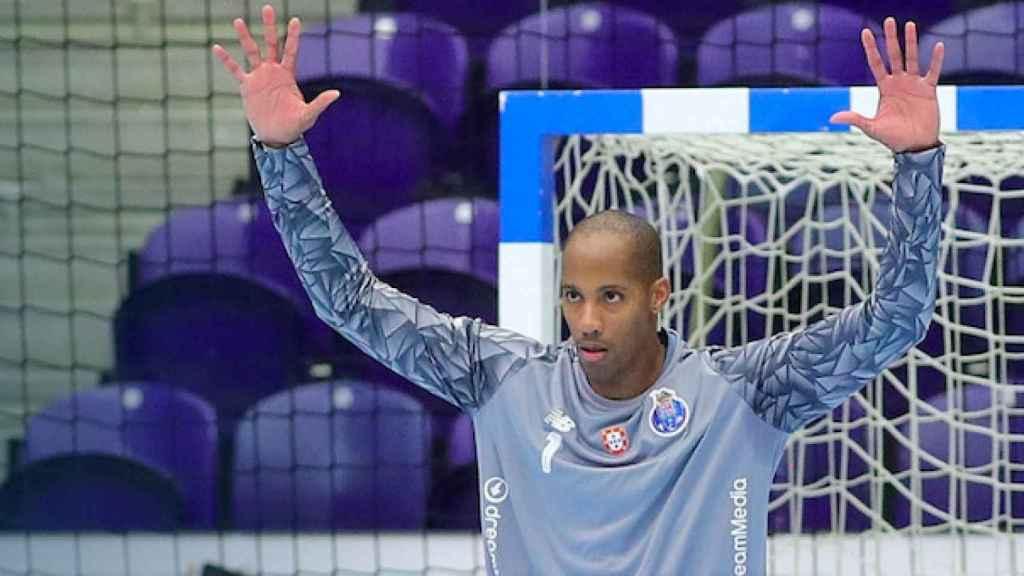 El portero del Oporto de balonmano Alfredo Quintana
