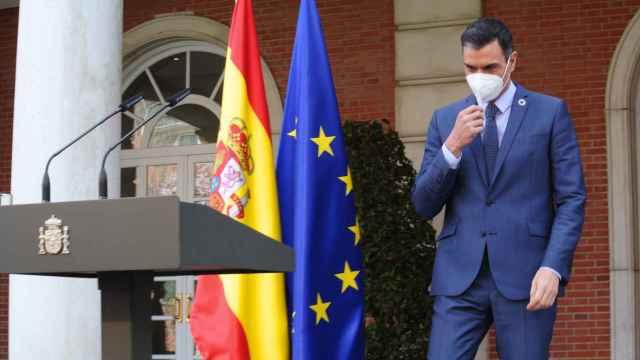 Pedro Sánchez, presidente del Gobierno, en las escalinatas del Palacio de la Moncloa.