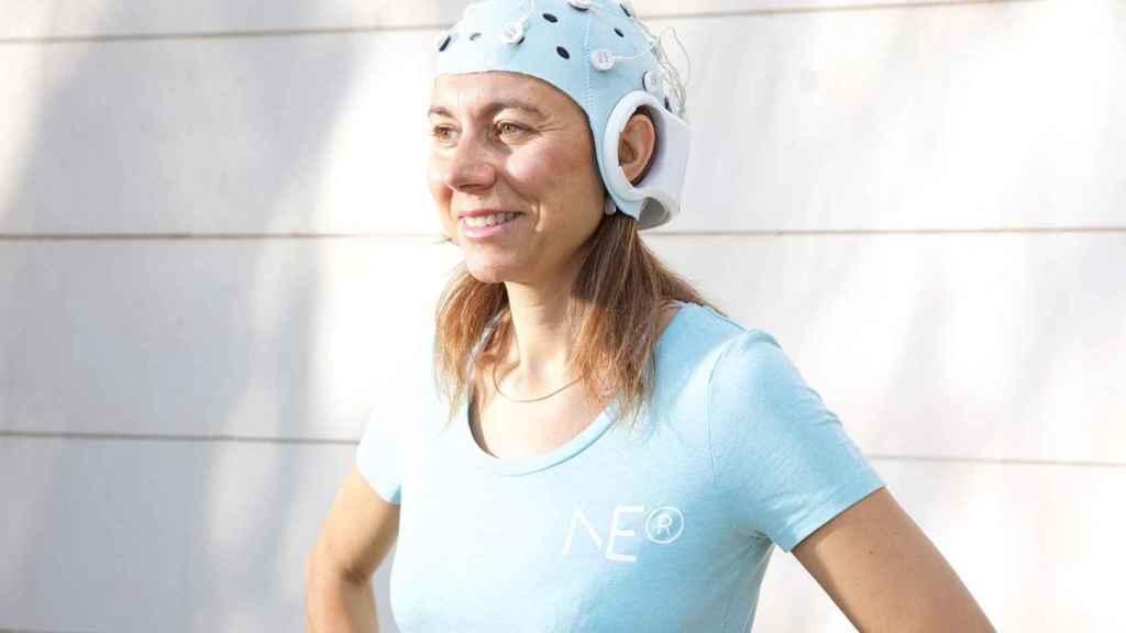 La propia Ana Maiques, cofundadora y CEO de Neuroelectrics, con su gorro inalámbrico.