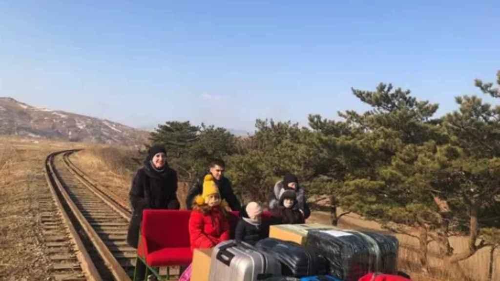Un grupo de diplomáticos rusos abandona a pie Corea del Norte.