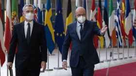 Jens Stoltenberg y Charles Michel comparecen juntos ante la prensa durante la videocumbre de este viernes