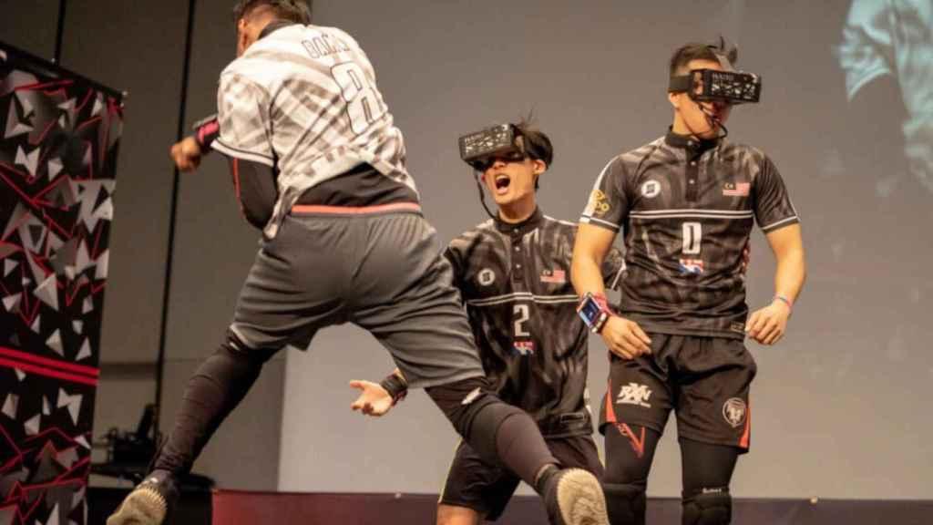 Para jugar a Hado se necesita un casco de realidad aumentada y un brazalete.