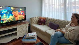 UysalOzsarac (47) viendo la serie turca 'El hombre equivocado'.