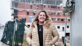 Bárbara Argüelles, dueña de la promotora PJR. De fondo, el edificio que está construyendo en Lugones (Asturias).
