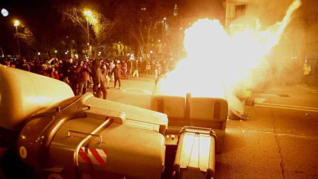 Contenedores ardiendo en Barcelona