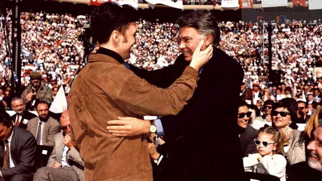 Felipe González y Ramoncín, juntos en un mitin del PSOE en Valencia.
