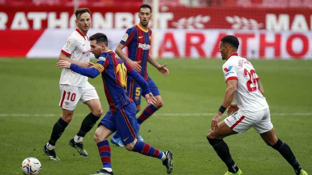 Leo Messi controlando el balón