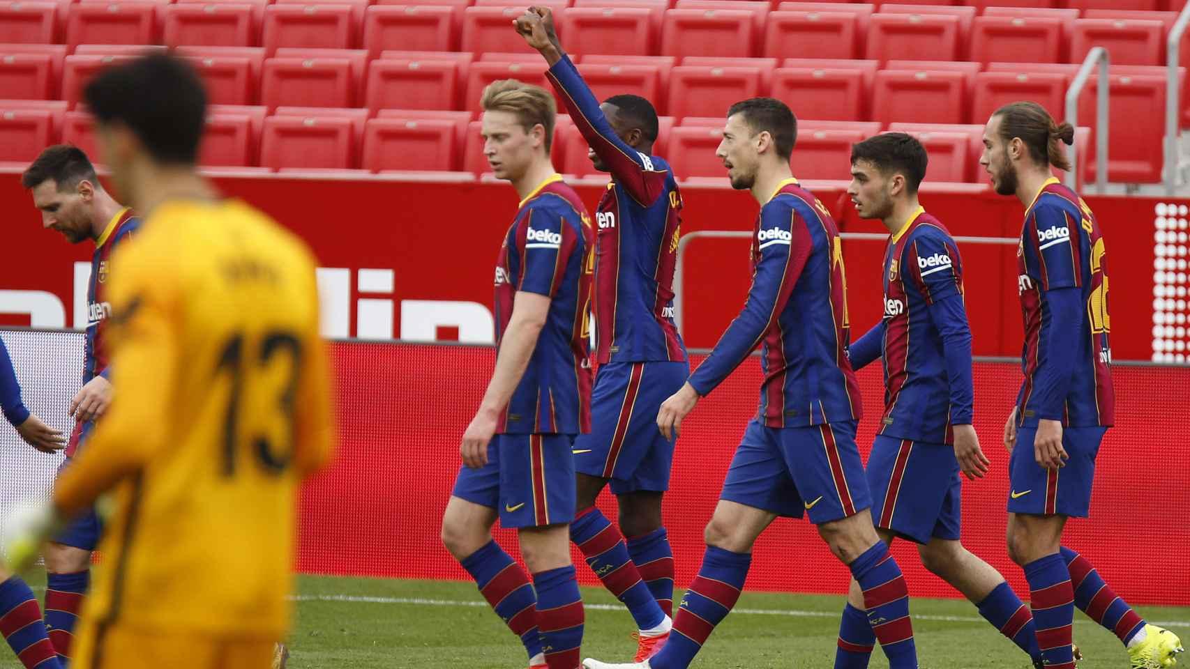 Los jugadores del Barça celebran el tanto de Dembélé