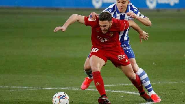Roberto Torres aguanta un balón ante Aguirregabiria