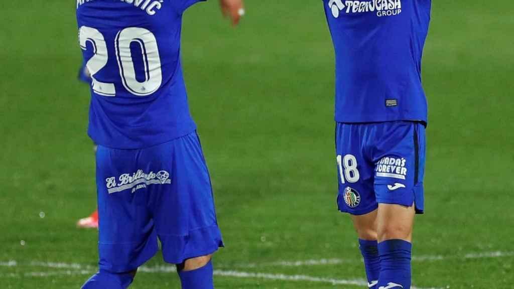 Arambarri celebra su gol ante el Valencia con Maksimovic