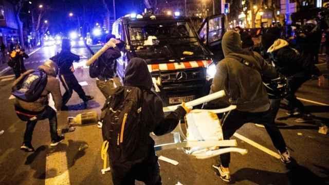 Cualquier objeto es bueno para golpear el furgón policial en Barcelona