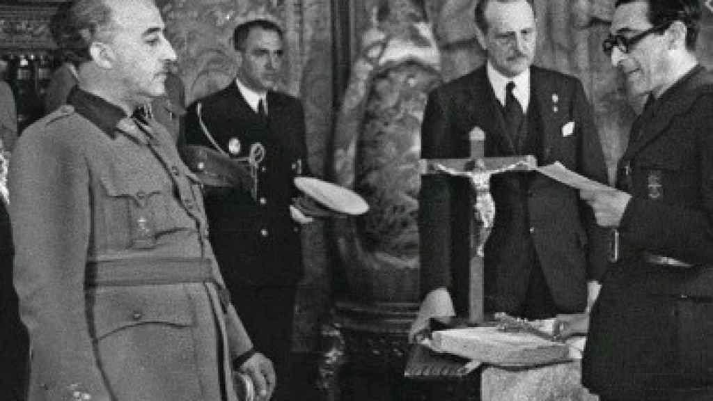 Rafael Sánchez Mazas, fundador de Falange y abuelo de Pradera, junto a Franco