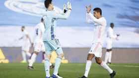 Thibaut Courtois y Raphael Varane, durante un partido de esta temporada