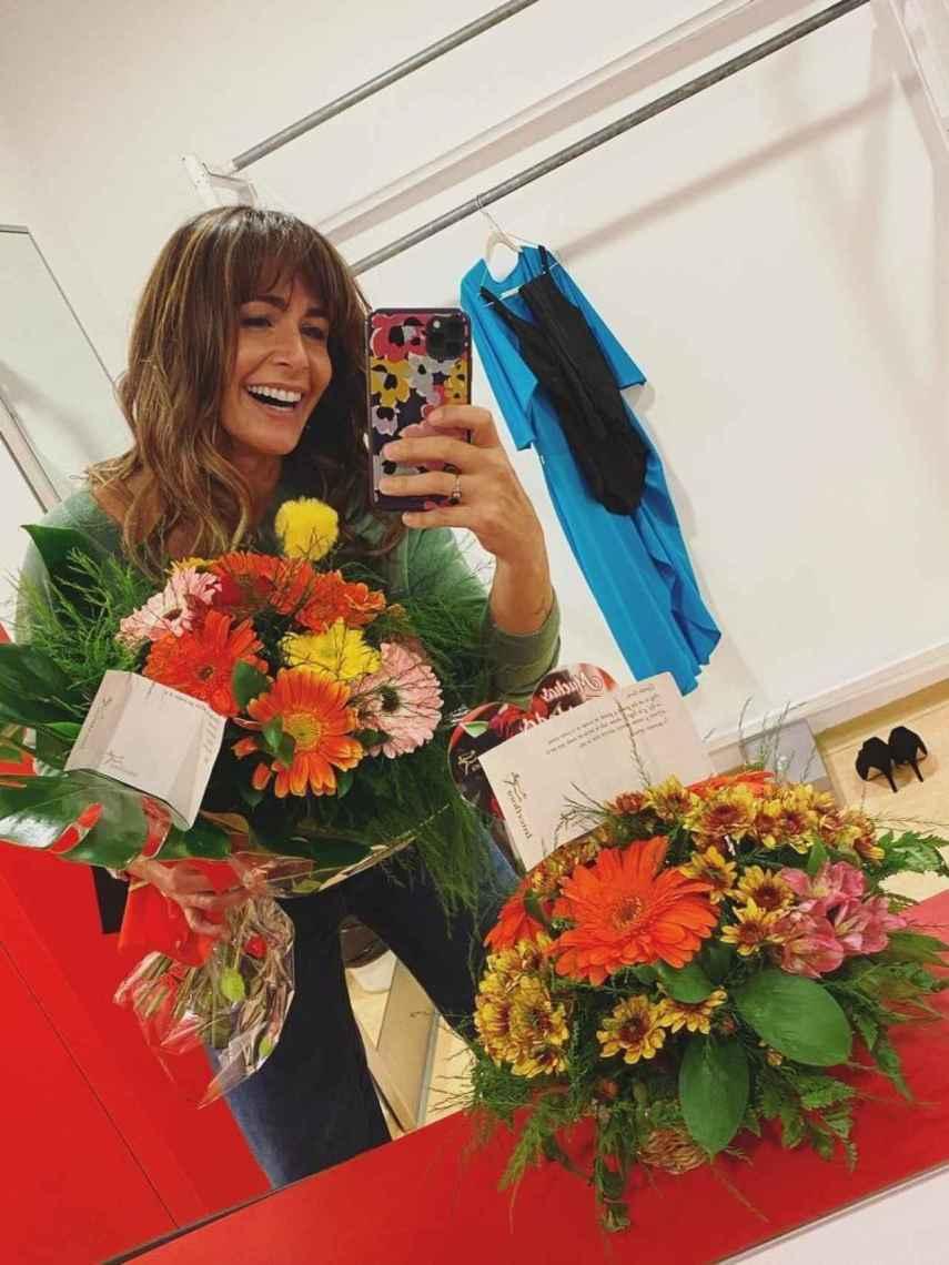 Nuria recibió un gran ramo de flores por su debut en el teatro.