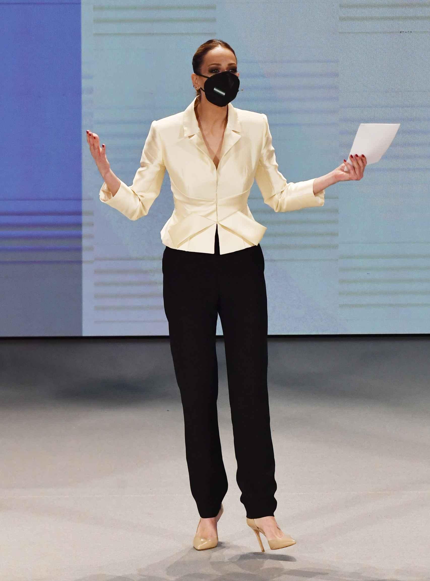 Eva González, con un traje en color marfil y negro.