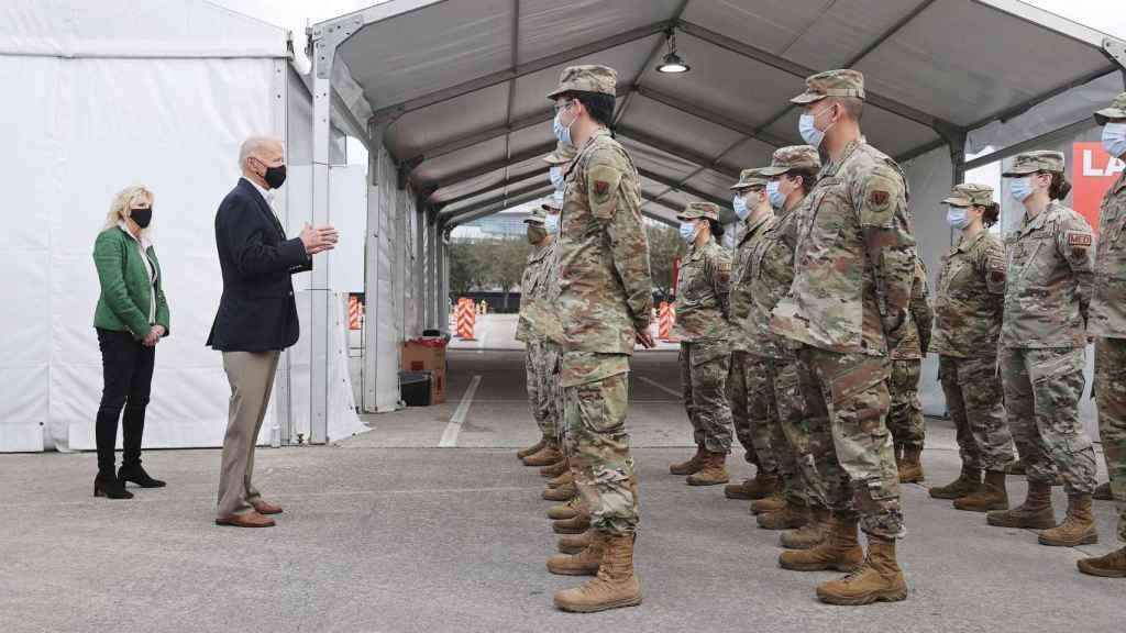 Biden atiende a unas tropas del ejército que dirigen una unidad médica de vacunación contra el coronavirus.