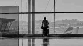 Un turista espera en un aeropuerto.