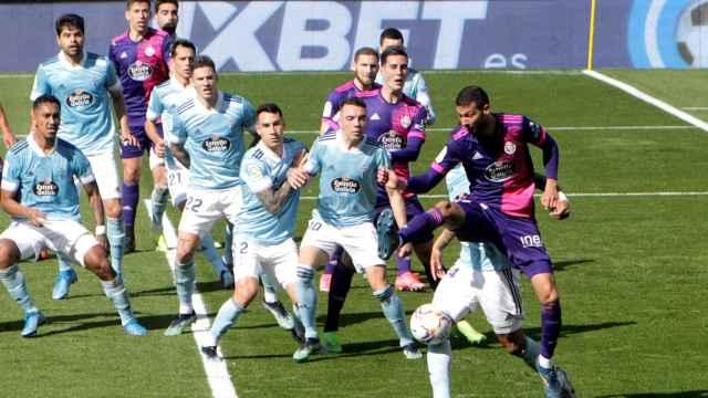 Los jugadores de Celta y Real Valladolid en un córner