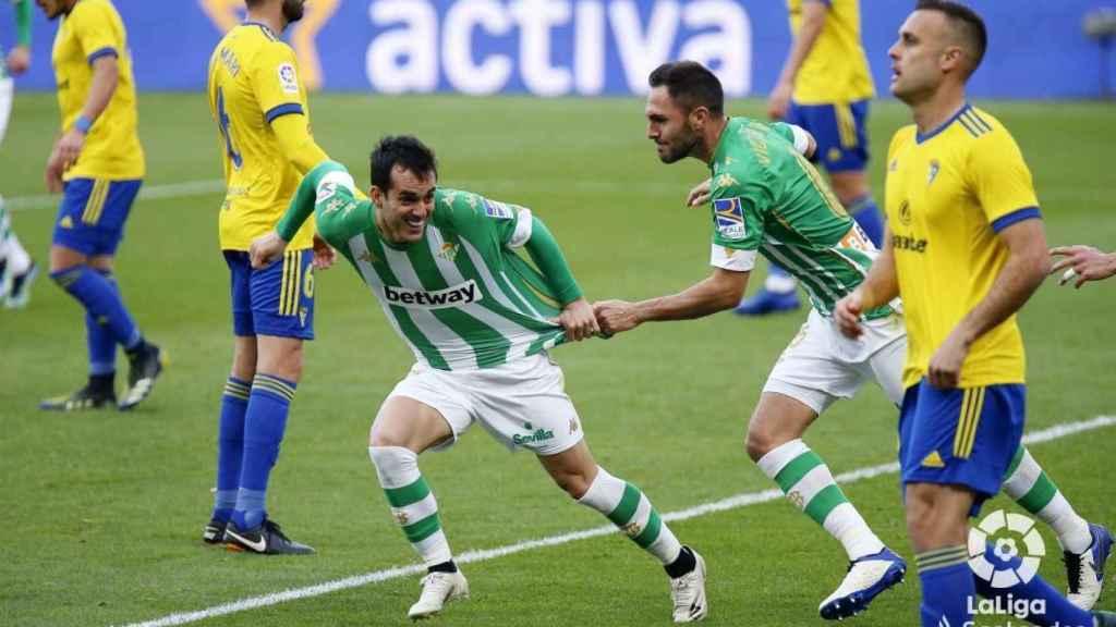 Juanmi y Víctor Ruiz celebran el gol de la victoria del Betis ante el Cádiz