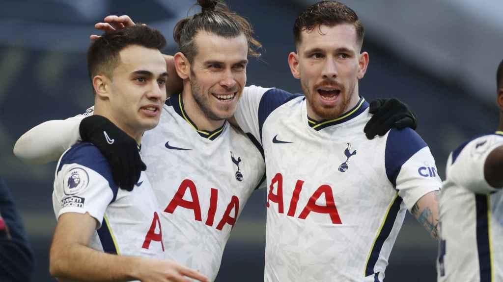 Sergio Reguilón, Gareth Bale y Pierre-Emile Hojbjerg celebran un gol del Tottenham