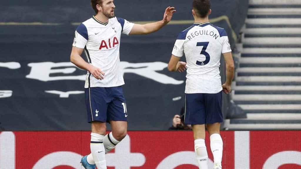 Sergio Reguilón y Harry Kane celebran el gol del delantero ante el Burnley