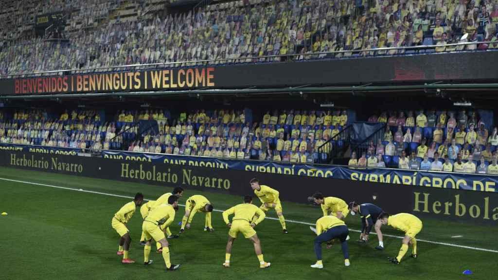 Los jugadores del Villarreal calientan en el Estadio de La Cerámica