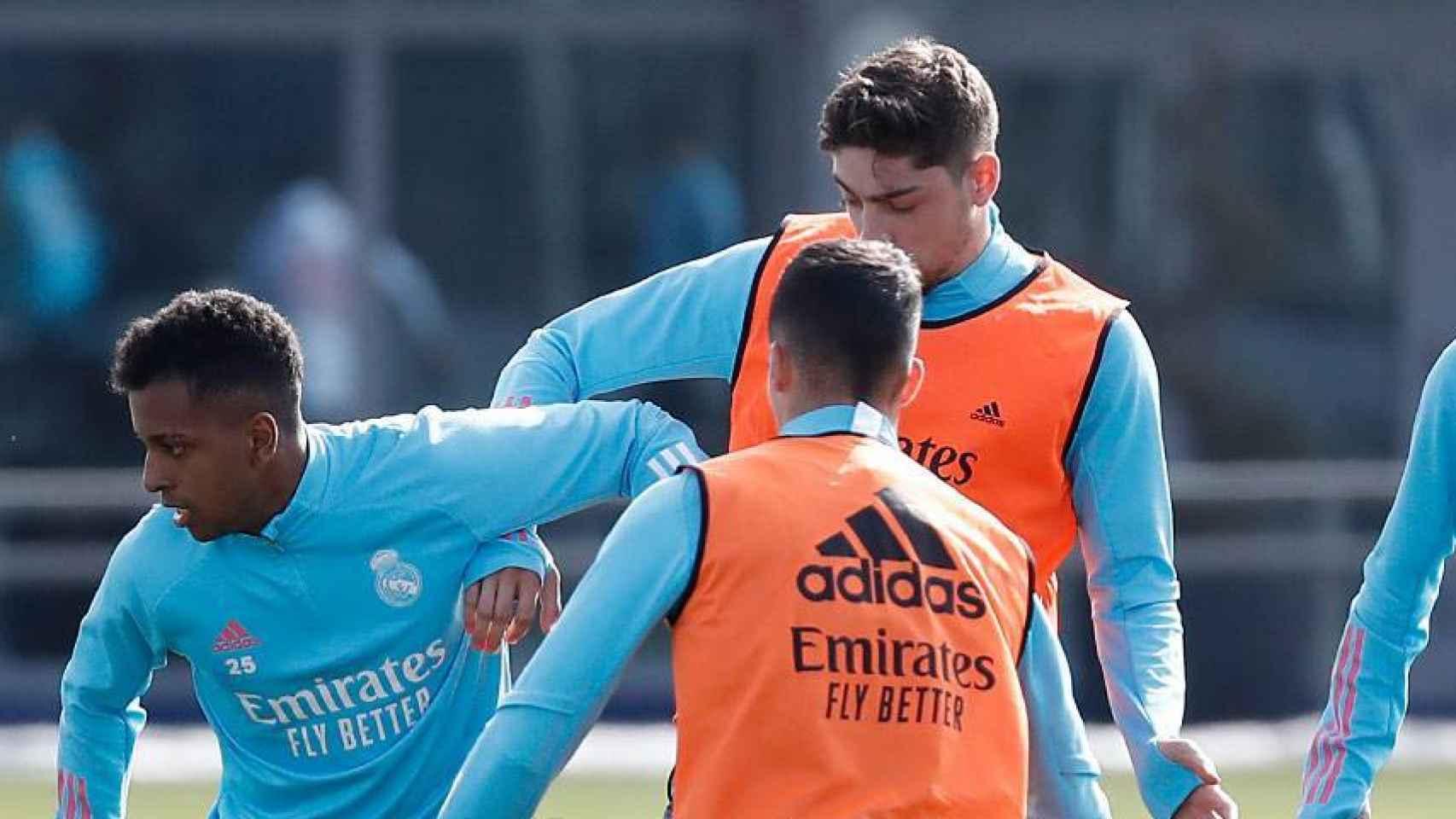 Rodrygo Goes, Fede Valverde y Álvaro Odriozola, durante un entrenamiento del Real Madrid