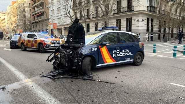 Imagen del estado del coche policial tras la persecución.